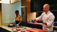 Pemotong daging profesional asal Australia, David Carew menunjukkan cara mengolah daging sapi Hollstein. (dok. PT GPW/Dinny Mutiah)