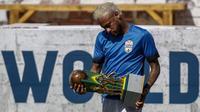 Neymar dengan model rambut anyar dalam sebuah turnamen amal yang digelar yayasannya di Sao Paulo, Brasil (13/7/2019). (AFP/Miguel Schincariol)