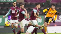 Gelandang Wolverhampton Wanderers, Pedro Neto (kanan), melepaskan tendangan ke gawang Burnley dalam laga lanjutan Liga Inggris pekan ke-14 di Turf Moor Stadium, Senin (21/12/2020). Wolverhampton kalah 1-2 dari Burnley. (AFP/Jon Super/Pool)