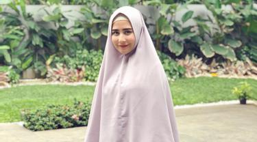 Prilly Latuconsina dalam balutan hijab besar pada saat kehadirannya di sebuah kajian. (Liputan6.com/Instagram/@prillylatuconsina96)