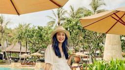 Menghadapi cuaca terik di Bali, wanita kelahiran 23 Maret 1987 ini juga nampak selalu membawa fashion item favoritnya, yakni topi serta kacamata hitam. (Liputan6.com/IG/bungazainal05)