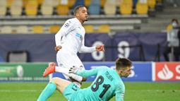 2. Alassane Plea (Borussia Monchengladbach/ 27 tahun) - Striker asal Prancis ini membuat hattrick saat Borussia Monchengladbach melawan tuan rumah Shakhtar Donetsk di Olympiyskiy stadium pada matchday ke-3 Grup B (3/11/2020). Hasil akhir, Gladbach menang 6-0 atas Shakhtar. (AFP/Sergei Supinsky)