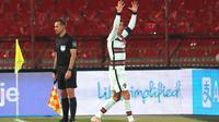 Kapten Timnas Portugal, Cristiano Ronaldo, tampak kesal setelah golnya ke gawang Serbia pada laga kedua Grup A kualifikasi Piala Dunia 2022 di Stadion Rajko Mitic, Minggu (28/3/2021) dini hari WIB, tidak disahkan wasit. (AP Photo/Darko Vojinovic)