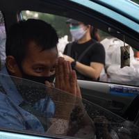 Senayan City bagikan 400 paket sembako bagi para pengemudi taksi Bluebird yang ada di area Senayan City. Sumber foto: Document/Senayan City.