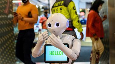 Sebuah robot 5G menyambut pengunjung yang mendatangi pusat perbelanjaan di Bangkok, Thailand, Kamis (4/6/2020). Saat ini Thailand sedang dalam proses membuka kembali pusat perbelanjaan setelah sebelumnya ditutup selama dua bulan karena pandemi Covid-19. (Mladen ANTONOV / AFP)
