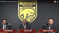 Manajer Borneo FC, Farid Abubakar (kiri), Boaz Solossa, dan COO Borneo FC, Ponaryo Astaman (kanan). (Tangkapan layar YouTube Borneo FC).