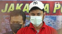 Artis peran Rio Reifan dihadirkan dalam rilis kasus narkoba di Polres Metro Jakarta Pusat, Rabu (21/4/2021). Ditangkap pada Senin, 19 April 2021, ini merupakan kali keempat Rio Reifan berurusan dengan polisi karena kasus narkoba. (Liputan6com/Herman Zakharia)