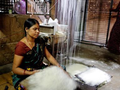 Seorang pekerja menyiapkan bihun di sebuah pabrik di Prayagraj, India pada 25 April 2020. Bihun diminati di kalangan Muslim ketika mereka berbuka puasa selama bulan suci Ramadan. (AP Photo/Rajesh Kumar Singh)