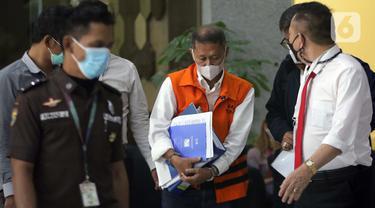 Mantan Dirut PT Pelindo II (Persero) Richard Joost Lino (tengah) usai menjalani pemeriksaan di Gedung KPK, Jakarta, Senin (26/4/2021). RJ Lino diperiksa sebagai tersangka dugaan korupsi pengadaan tiga unit Quay Container Crane (QCC) di PT Pelindo II tahun 2010. (Liputan6.com/Helmi Fithriansyah)