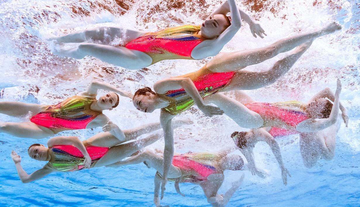 Tim renang artistik Prancis beraksi dalam Kejuaraan Renang Dunia 2019 di Yeomju Gymnasium, Gwangju, Korea Selatan, Rabu (17/7/2019). (François-Xavier MARIT/AFP)