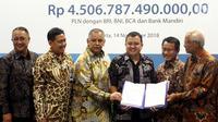Dirut PLN Sofyan Basir (ketiga kiri) bersama para investor menunjukan surat perjanjian kredit Rp 4,5 triliun sindikasi Proyek Transmisi dan Gardu Induk Jawa bagian tengah di Jakarta, Rabu (14/11). (Liputan6.com/Johan Tallo)