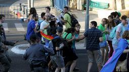 Seorang pria Yahudi ultra-Ortodoks (tengah) secara membabi buta menyerang dan menusuk peserta parade Gay Pride di Yerusalem, Kamis (30/7/2015). Akibat penusukan tersebut, dua dari mereka mengalami luka serius. (REUTERS/Kobi Schutz)