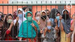 Warga antre menunggu untuk mendapatkan daging kurban di Kelurahan Menteng, Jakarta Pusat, Sabtu (1/8/2020). Pembagian daging kurban tersebut berjalan lancar meskipun sebagian warga mengabaikan protokol Kesehatan. (Liputan6.com/Angga Yuniar)