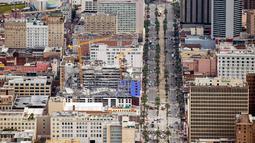 Gambar udara memperlihatkan bangunan Hard Rock Hotel yang tengah dibangun runtuh di pusat kota New Orleans, Sabtu (12/10/2019). Robohnya proyek hotel Hard Rock menyebabkan puing-puing menutupi jalanan sekitar proyek. (AP Photo/Gerald Herbert)