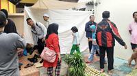 Warga melayat ke kediaman Mislan, yang meninggal karena banjir di Bukit Duri, Jakarta Selatan. (Istimewa)