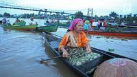 Sejumlah wanita melakukan aktivitas jual beli di Pasar Terapung Lok Baintan, Banjarmasin, Kalimantan Selatan, Selasa (27/3). Pasar terapung yang berada di Sungai Martapura tersebut menjual berbagai hasil bumi. (Liputan6.com/Immanuel Antonius)