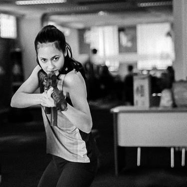 6 Gaya Pevita Pearce Latihan Menembak Ini Bak Angelina Jolie