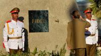 Presiden Kuba, Raul Castro memberi penghormatan terakhir kepada abu mantan Presiden Kuba, Fidel Castro usai dimakamkan di Santa Ifigenia Cemetery di Santiago, Kuba (4/12).  Castro memerintah Kuba hampir setengah abad. (REUTERS/ACN/Marcelino Vazquez)