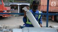 Pekerja menunggu untuk melakukan pengisian oksigen (O2) di Kawasan Pulogadung, Jakarta, Kamis (8/7/2021). Gubernur DKI Jakarta Anies Baswedan mengatakan kebutuhan oksigen di Ibu Kota untuk perawatan pasien Covid-19 dalam kondisi aman. (merdeka.com/Imam Buhori)