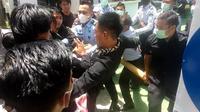 Aksi demonstrasi mahasiswa di Kantor KemenkumHAM Kendari terkait maraknya peredaran sabu-sabu di Lapas Kendari.(Liputan6.com/Ahmad Akbar Fua)