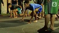 Dua pebalap lari liar bersiap adu lari 100 meter di Jalan Raya Ciri Mekar, Cibinong, Bogor, Sabtu (12/9/2020) dini hari. Menurut mereka balap lari liar ini lebih positif dari balap motor dan mobil liar, walaupun kegiatan itu mengganggu lalu lintas di kawasan tersebut. (Liputan6.com/Herman Zakharia)