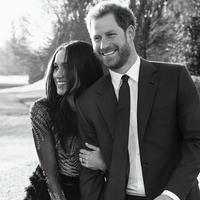 Foto hitam putih Pangeran Harry dan tunangannya aktris AS Meghan Markle saat berpose di Frogmore House di Windsor (21/12). Foto pertunangan ini dirilis oleh Kensington Palace dan diabadikan oleh fotografer Alexi Lubomirski. (AFP Photo/Alexi Lubomirski)
