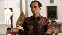 Presiden RI Joko Widodo menjawab pertanyaan saat wawancara khusus di Istana Merdeka, Jakarta Pusat, Jumat (16/10/2015). (Liputan6.com/Immanuel Antonius)