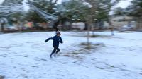 Seorang bocah berlari di atas salju yang turun di kota suci Karbala, Selasa (11/2/2020). Salju turun di Baghdad untuk pertama kalinya dalam satu dekade setelah sebelumnya ibu kota Irak itu sempat diguyur salju pada 2008, tetapi hanya berlangsung sekejap dan langsung mencair. (Mohammed SAWAF/AFP)