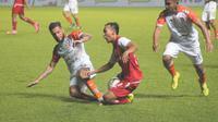 Bek Borneo FC Diego Michiels (kiri) menghentikan sayap lincah Persija, Novri Setiawan dalam duel di Stadion Maguwoharjo, Selasa (5/3/2019). (Bola.com/Vincentius Atmaja)