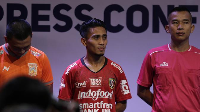 Pemain Bali United, Muhammad Taufiq berpose saat Peluncuran Shopee Liga 1 di SCTV Tower, Jakarta, Senin (13/5). Sebanyak 18 klub akan bertanding pada Liga 1 mulai tanggal 15 Mei. (Bola.com/Vitalis Yogi Trisna)