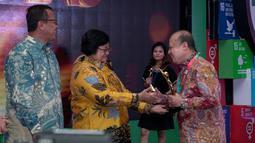 Direktur Utama PT Pupuk Kaltim, Bakir Pasaman menerima penghargaan Proper Emas pada ajang Penghargaan Anugerah PROPER 2018 di Jakarta, Kamis (27/12). Penghargaan diserahkan oleh Menteri Lingkungan Hidup dan Kehutanan Siti Nurbaya. (Liputan6.com/HO/Ines)