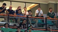 Pelatih Timnas Indonesia, Simon McMenemy, menyaksikan laga Persebaya vs Persib di Stadion Gelora Bung Tomo, Surabaya, Jumat malam (5/7/2019). (Bola.com/Aditya Wany)