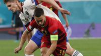 Gelandang timnas Belgia Eden Hazard berebut bola dengan bek Rusia, Igor Diveyev pada Matchday 1 Grup B Euro 2020 di Stadion Saint-Petersburg, Minggu (13/6/2021) dini hari WIB. Rusia berhasil mengandaskan Rusia 3-0 dengan dua gol dari Romelu Lukaku. (Anatoly Maltsev/Pool via AP)
