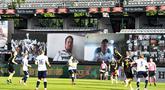 Suasana pertandingan AGF Aarhus melawan Randers FC pada laga Liga Denmark di Stadion Ceres Park (28/5/2020). Liga Denmark menghadirkan penonton virtual di stadion dengan aplikasi video Conference. (AP/Ritzau Scanpix - Henning Bagger)