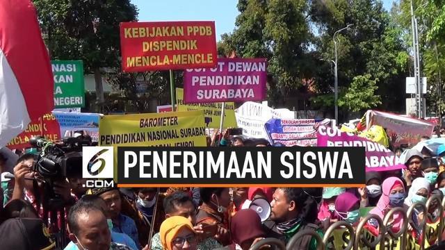 Ribuan guru swasta berdemonstrasi di Surabaya memprotes sistem zonasi yang membuat sekolahnya terancam kekurangan siswa.