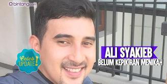 Meski target nikah sudah meleset, Ali Syakieb tidak mau terburu-buru untuk menikah.