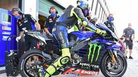 Valentino Rossi ketika menggunakan desain helm viagra pada sesi FP3 MotoGP San Marino, Sabtu (12/9/2020). (Andreas SOLARO / AFP)