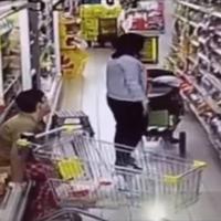 Seorang perempuan yang terlihat sudah ibu-ibu buang air besar di rak makanan pada sebuah supermarket.