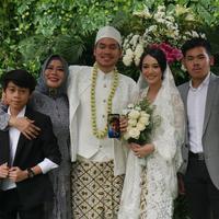 Anak kedua Dewi Yull dan Ray Sahetapy, Rama Sahetapy menikahi Merdianti Octavia. [foto: instagram/raysahetapy]