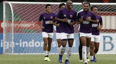 Pemain PSM Makassar, Alesandro Ferreira, tertawa bersama Zulham Zamrun saat latihan di Stadion PTIK, Jakarta, Minggu (2/12). Latihan ini persiapan jelang laga Liga 1 melawan Bhayangkara FC. (Bola.com/Yoppy Renato)