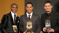 Pemain asal Brasil, Ronaldinho (tengah), meraih penghargaan pemain terbaik dunia 2005. Frank Lampard (kanan) dan Samuel Eto'o (kiri) menduduki posisi kedua dan ketiga. (AFP/Fabrice Coffrini)