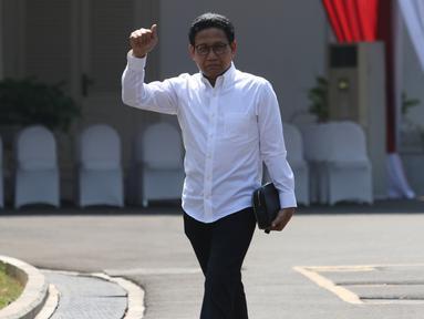 Ketua DPRD Jawa Timur fraksi PKB Abdul Halim Iskandar mengacungkan jempol saat tiba di Istana Kepresidenan, Jakarta, Selasa (22/10/2019). Kakak dari Ketum PKB Muhaimin Iskandar itu tampil berkemeja putih seperti calon-calon menteri yang dipanggil Presiden Joko Widodo. (Liputan6.com/Angga Yuniar)