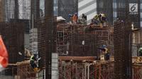 Pekerja tengah mengerjakan proyek pembangunan gedung bertingkat di Jakarta, Sabtu (15/12). Pemerintah menargetkan angka proyeksi pertumbuhan ekonomi tahun 2019 sebesar 5,3 persen. (Liputan6.com/Angga Yuniar)