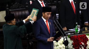Joko Widodo atau Jokowi membacakan sumpah jabatan saat dilantik menjadi Presiden RI periode 2019-2024 di Gedung Nusantara, Jakarta, Minggu (20/10/2019).  Jokowi dan Ma'ruf Amin resmi dilantik sebagai Presiden dan Wakil Presiden RI periode 2019-2024. (Liputan6.com/JohanTallo)