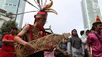 Seorang pria memainkan alat musik tradisional saat CDF di Jakarta, Minggu (28/1). Tarian tersebut dilakukan dalam rangka festiival etnik Tabalong agar masyarakat mengenal tarian yang berasal dari  Kalimantan Selatan tersebut. (Liputan6.com/Angga Yuniar)