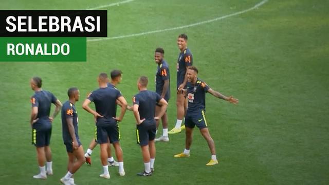 Berita video momen bintang Brasil, Neymar Jr., melakukan selebrasi yang khas dengan pemain Juventus, Cristiano Ronaldo.