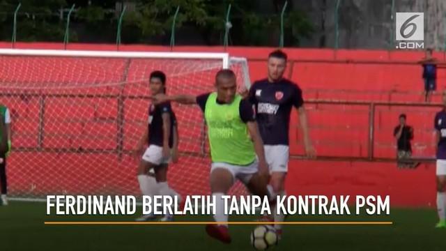 Meski belum resmi menjadi pemain PSM Makassar, sejumlah suporter psm menyambut kedatangan baik kedatangan ferdinand sinaga.