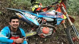 Ali Syakieb mengaku jika hobinya tersebut merupakan salah satu olahraga mahal. Apalagi olahraga motocross memerlukan tempat khusus. Tampil keren, begini penampilan Ali saat sedang istirahat di track hutan.(Liputan6.com/IG/@alisyakieb)