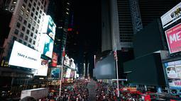Layar Times Square berwarna hitam selama pemadaman listrik di New York, AS, Sabtu (13/7/2019). Pemadaman listrik membuat stasiun kereta bawah tanah mendadak gelap dan papan iklan Times Square tiba-tiba padam. (AP Photo/Michael Owens)