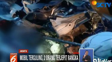 Evakuasi harus dilakukan dengan hati-hati. Untuk mengeluarkan korban yang terjepit, petugas harus membongkar bagian depan sasis mobil.